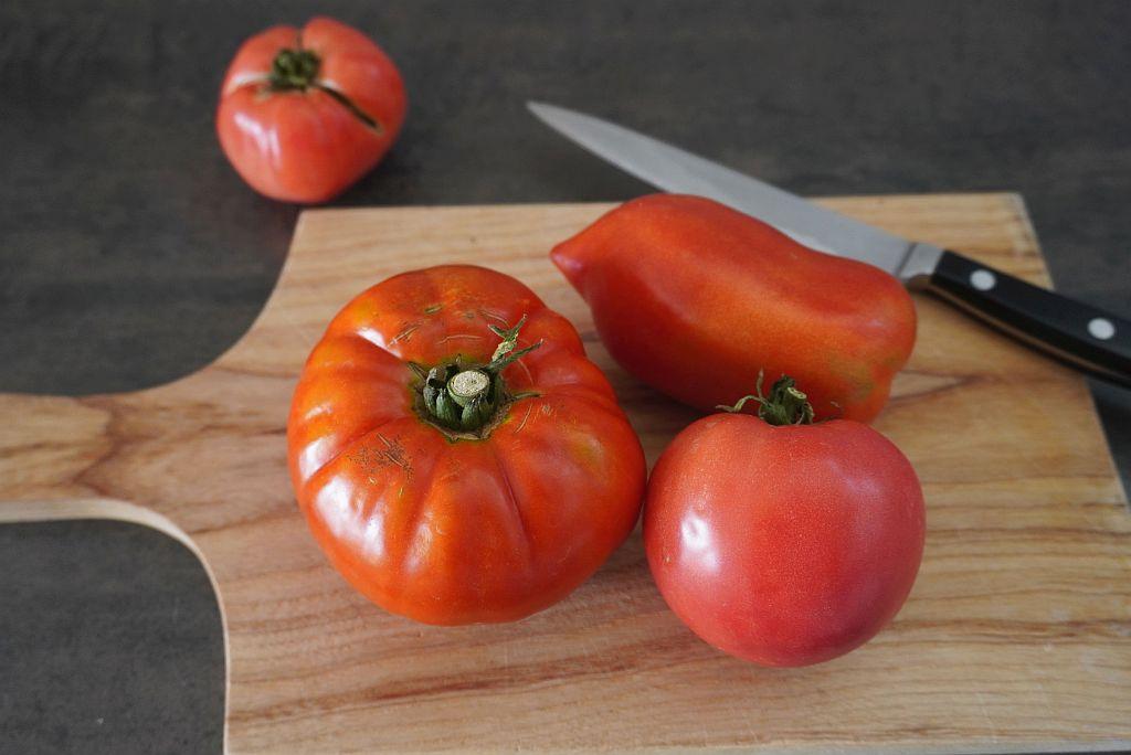 Tomaten suf Schneidbrett